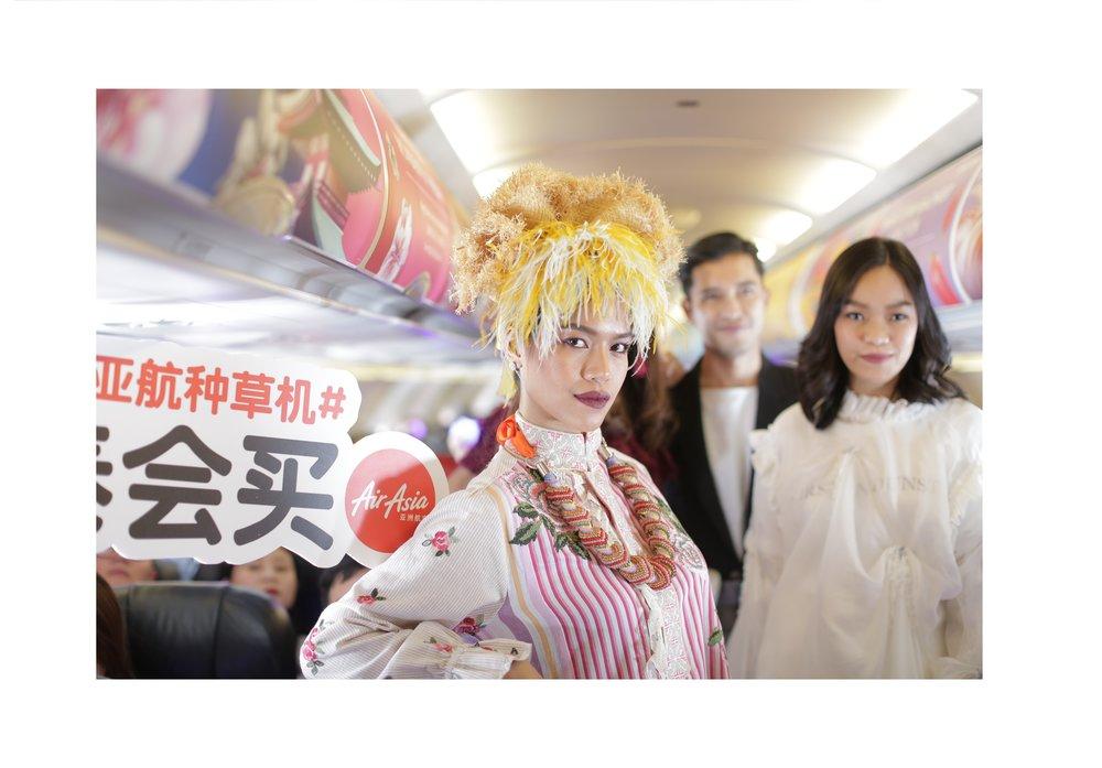 空姐万米高空猫步展示泰购魅力.jpg