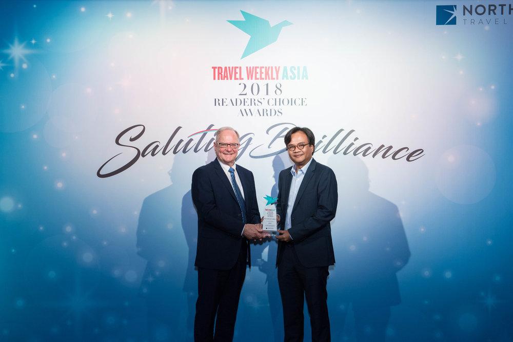 (从左) Travel Weekly Asia 主编Ian Jarrett在颁奖典礼上将奖项颁发予印尼亚航首席执行员 Dendy Kurniawan。