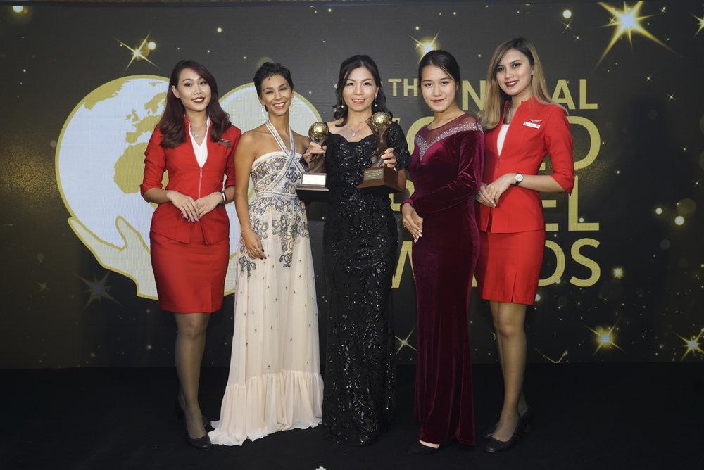셀리아 라오 에어아시아 홍콩 마카오 CEO (가운데)가 '2018 월드 트래블 어워즈 아시아&오스트랄라시아'에서 '아시아 최고 저비용항공사'상과 '아시아 최고 저비용항공사 승무원'상을 들고 포즈를 취하고 있다.