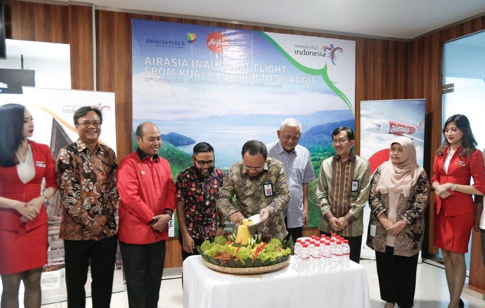 (左二起)印尼亚航集团首席执行员Dendy Kurniawan、北塔帕努利摄政领导Nikson Nababan、马来西亚亚航首席执行员Riad Asmat、海事协调部长秘书Agus Purwoto、多巴沙摩西摄政领导Edward D. Siagian、旅游部旅游基础设施特别执行员Judi Rifajantoro与交通运输部商业飞行单位负责人Tri Danarsih出席亚航吉隆坡-西兰吉特首航迎宾仪式。