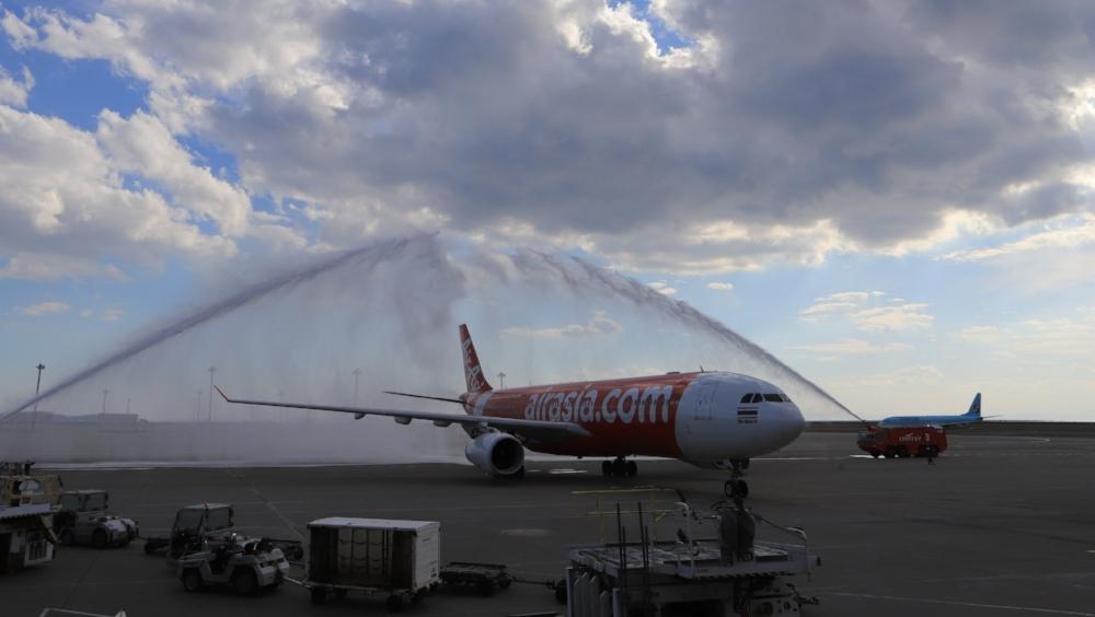 放水に迎えられたバンコクからの初便
