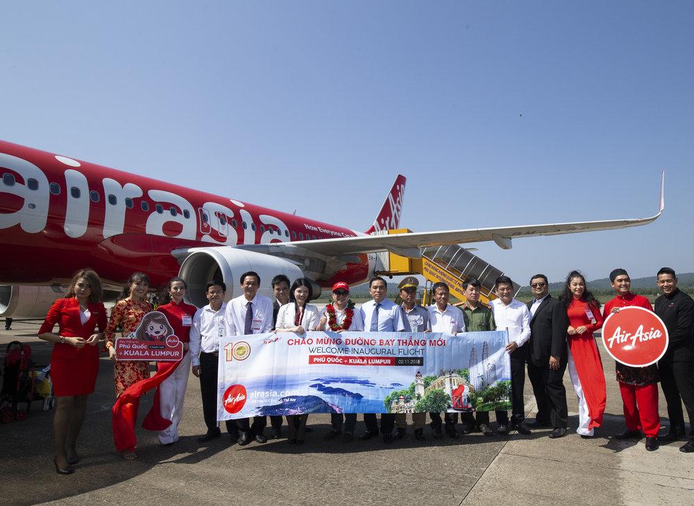 Chú thích hình (Thứ tám, từ trái sang): Ông Dato' Fam Lee Ee, Thành viên Ban giám đốc AirAsia Berhad, Ông Huỳnh Quang Hưng, Phó chủ tịch UBND huyện Phú Quốc và các lãnh đạo địa phương chào mừng chuyến bay đầu tiên từ Kuala Lumpur đến Phú Quốc