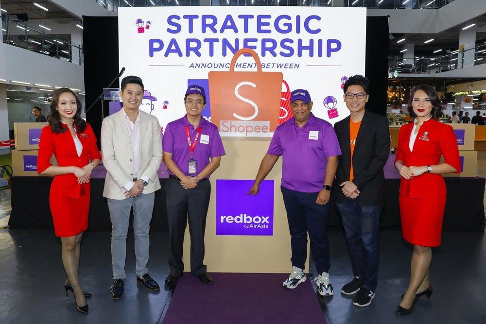 (左二)虾皮董事总经理何子翔、RedBox首席执行员Dato' Mohd Shukrie Mohd Salleh、亚航集团首席执行员丹斯里Tony Fernandes与虾皮运营主管莫伟健宣布RedBox与虾皮成为合作伙伴。