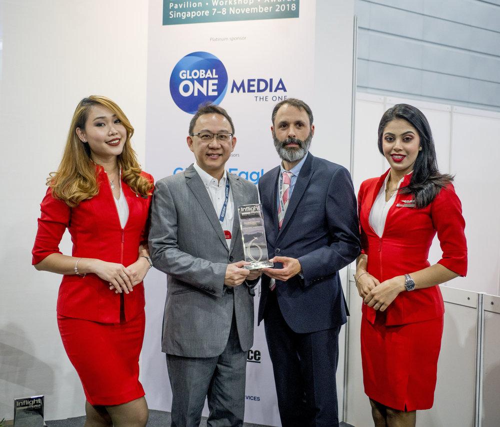 Ketua Pegawai Teknologi ROKKI Edwin Ng (tengah kiri) menerima anugerah dari Editor Majalah Inflight Alexander Preston, diringi kru kabin AirAsia