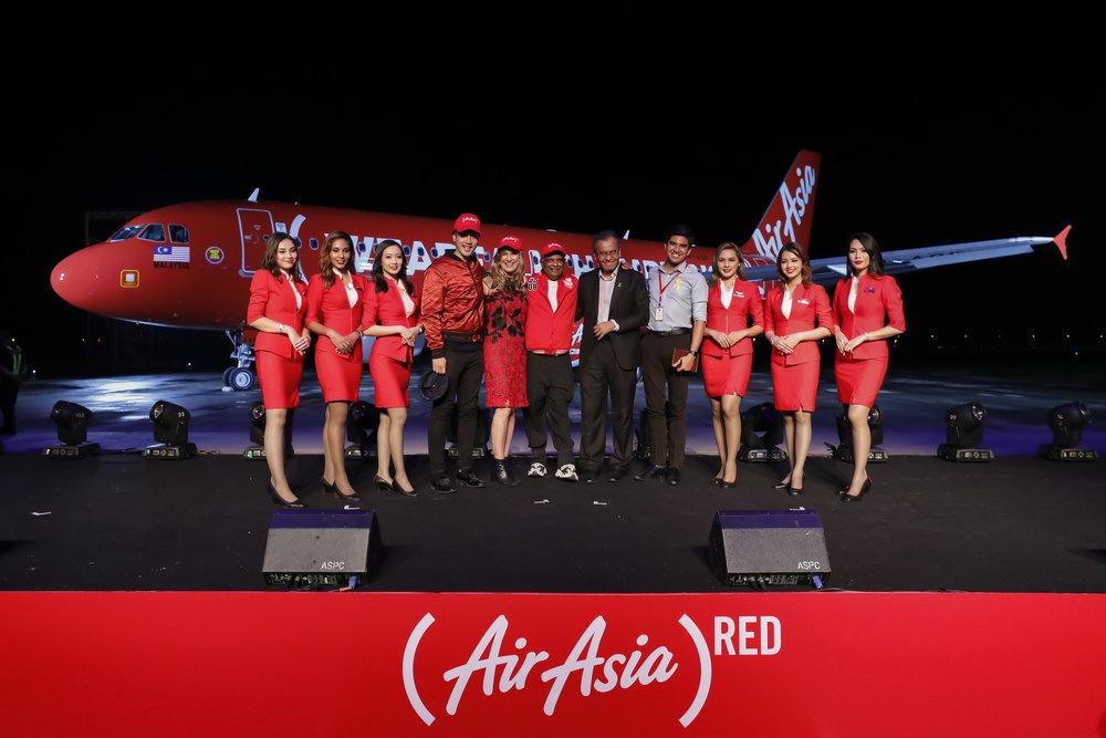 AirAsia Group CEO Tan Sri Tony Fernandes (centre) flanked by (RED) CEO Deborah Dugan (centre left), Malaysian Minister of Health Datuk Seri Dr Dzukefly Ahmad (centre right), 88rising CEO Sean Miyashiro (left of Dugan), Malaysian Youth and Sports Minister Syed Saddiq Syed Abdul Rahman (right of Datuk Seri Dr Dzulkefly) and AirAsia cabin crew at the livery launch.