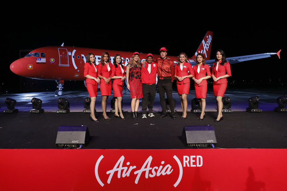 AirAsia Group CEO Tan Sri Tony Fernandes (centre), (RED) CEO Deborah Dugan (centre left) and 88rising Founder and CEO Sean Miyashiro flanked by AirAsia cabin crew at the livery launch.
