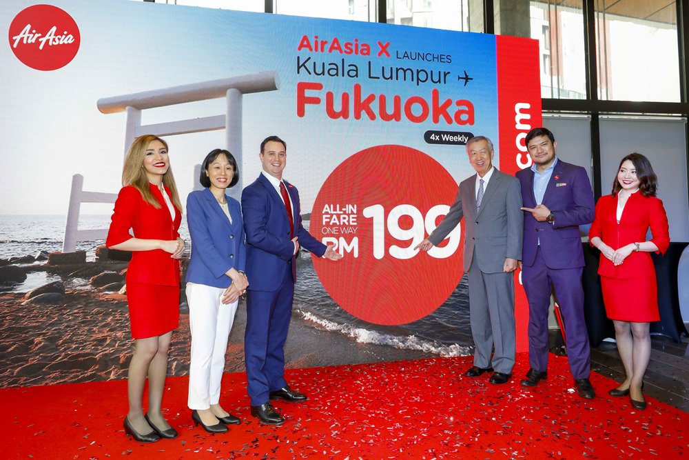 Photo Caption: (L-R) Executive Director Japan National Tourism Organization Kuala Lumpur Office Chiemi Maruyama; Group Head of Commercial AirAsia X Barry Klipp ; Ambassador Extraordinary and Plenipotentiary of Japan to Malaysia His Excellency Dr Makio Miyagawa; CEO of AirAsia X Malaysia Benyamin Ismail flanked by Cabin Crew at the launch of Kuala Lumpur - Fukuoka route.