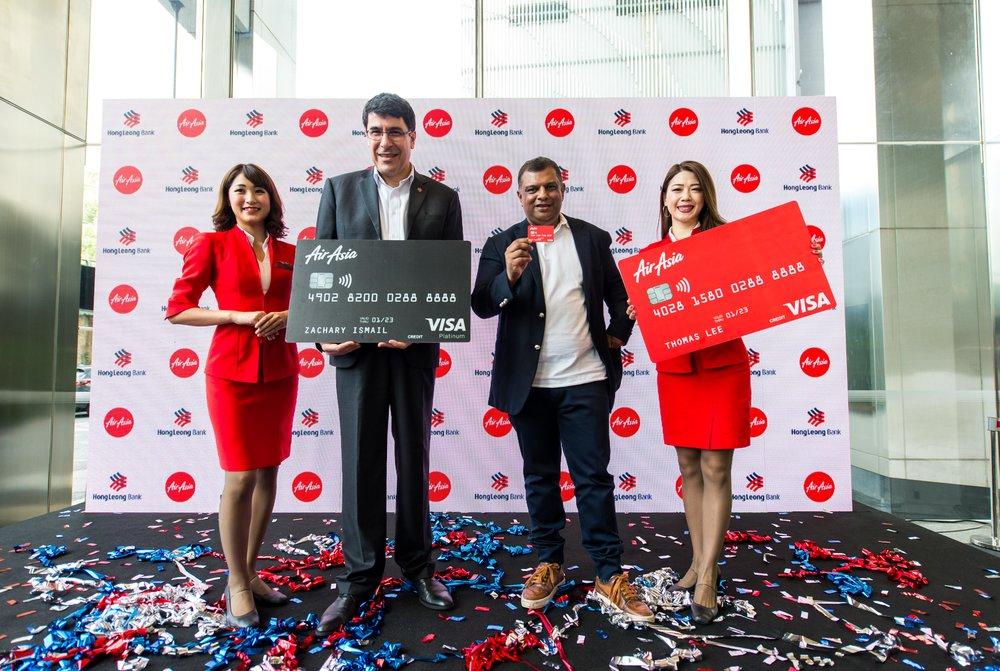 Pengarah Urusan dan Ketua Pegawai Eksekutif Kumpulan Hong Leong Bank Domenic Fuda (dua dari kiri) dan Ketua Pegawai Eksekutif Kumpulan AirAsia Tony Fernandes (tiga dari kiri) melancarkan Kad Kredit AirAsia Hong Leong Bank.