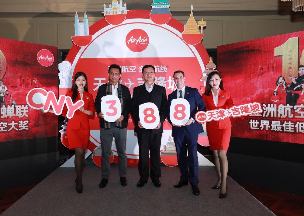 从右至左:亚洲航空长途商务总监Barry Klipp先生、天津滨海国际机场副总经理徐焕然先生、马来西亚大使馆公使参赞扎里扎姆先生