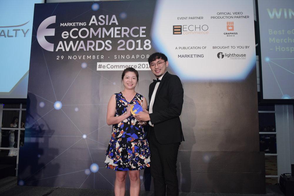 AirAsia BIG Loyalty Head of Branding and Creative Cheng Ling Wei (kanan) menerima penghargaan Bisnis eCommerce Terbaik (kategori Perjalanan/Perhotelan) yang diberikan oleh perwakilan dewan juri Anny Huang, NTUC Income Head of eCommerce.