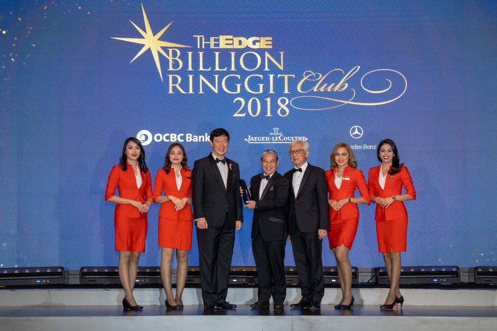 亚航集团董事拿督范利易宜(中)于昨日在吉隆坡文华东方酒店举办的颁奖典礼上,从马来西亚华侨银行首席执行员拿督Ong Eng Bin(左三)与The Edge集团出版商兼首席执行员Ho Kay Tat(右三)接过该两座奖项。