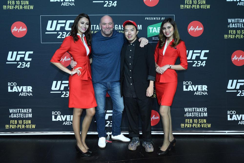 (kedua dari kiri) Presiden UFC Dana White dan Head of Branding Grup AirAsia Rudy Khaw berfoto bersama awak kabin AirAsia