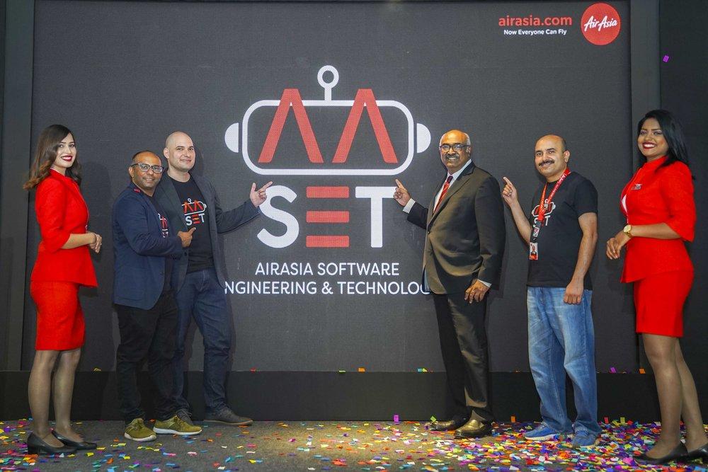(kedua dari kiri) Chief Product Officer AirAsia Nikunj Shanti, Head of Software Engineering and Technology Grup AirAsia Elias Vafiadis, Managing Director & Chief Executive Officer AirAsia India Sunil Bhaskaran dan Head of Software Engineering AirAsia Anshul Goswami berpose saat peluncuran Pusat Teknologi AirAsia di Bengaluru, India.