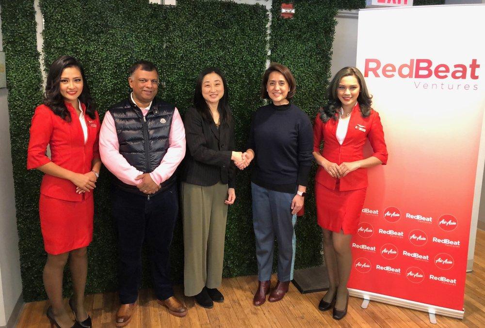(Kedua dari kiri) AirAsia Group CEO Tony Fernandes, Christine Tsai, CEO and Co-Founder 500 Startups, AirAsia Deputy Group CEO (Technology and Digital) Aireen Omar berpose bersama awak kabin.