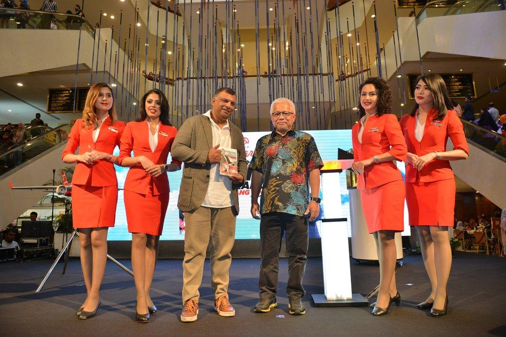 Kenyataan Gambar: (Tiga dari kiri) Ketua Pegawai Eksekutif Kumpulan AirAsia Tony Fernandes bersama Pengarah Urusan Kumpulan Karangkraf Dato' Hussamuddin Hj Yaacubdi majlis pelancaran buku 'Terbang Tinggi' di Pesta Buku Antarabangsa Kuala Lumpur di Pusat Dagangan DuniaPutra hari ini.