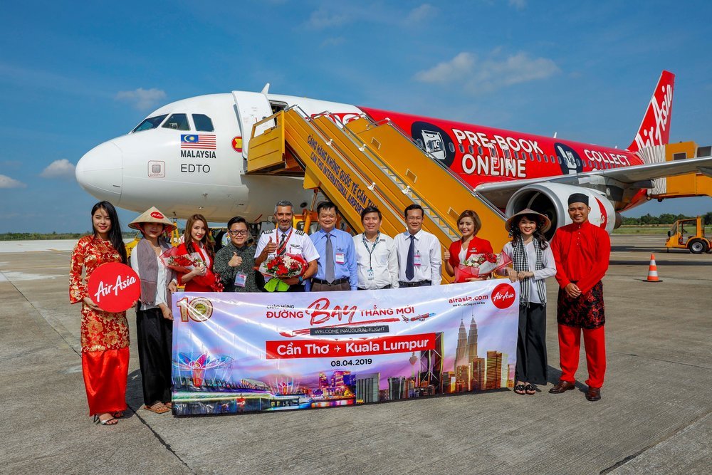(4th from left) Abdul Hadi Bin Che Man, Director of Tourism Malaysia in HCMC; AirAsia Captain Rajesh Gill; Dương Tấn Hiển, Vice Chairman of Can Tho People's Committee; Phạm Thanh Tâm, Director of Can Tho International Airport and Nguyễn Minh Tuấn; Deputy Director of Can Tho Department of Culture, Sport and Tourism receiving AirAsia's inaugural flight at Can Tho International Airport.