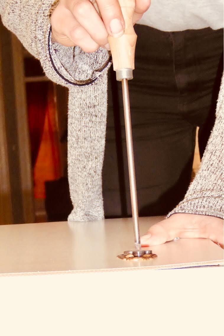 história - Apresenta-se com uma linguagem própria que transmite a missão de recuperar o saber fazer dos artesãos portugueses na utilização de métodos antigos de trabalho de materiais nobres, associado a um desenho contemporâneo, cuidado e com atenção ao detalhe.