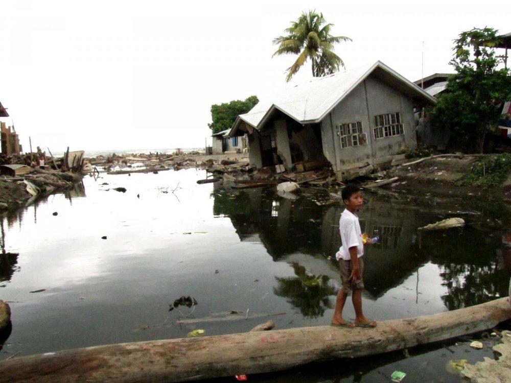 Oversvømmelse i Filippinerne. Hvornår har du sidst brugt et træ som bro?