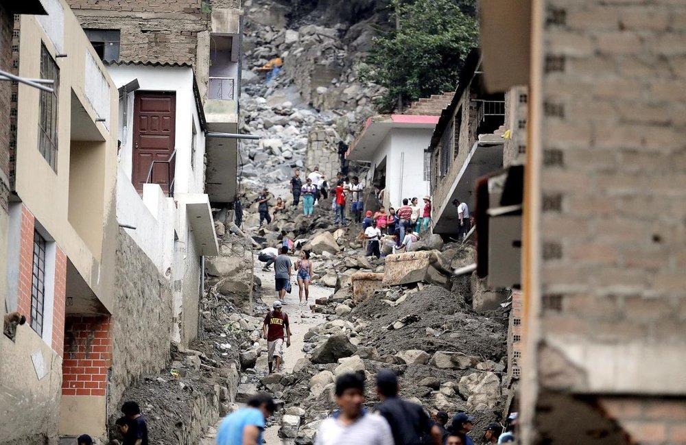 Lokalbefolkningen rydder op efter Jordskred i Peru