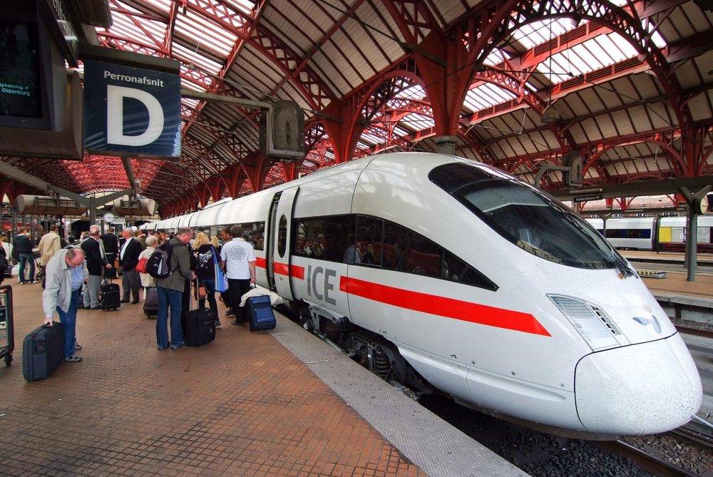 Udfasning af fossildrevne tog i 2025 - Billede af: Arne List (CC BY-SA 2.0)At vores tognet stadig er delvist dieseldrevet er i sig selv dumt.Vi ønsker at få hele tognettet elektrificeret. Dette gør det både lettere at få nye, hurtigere og mere effektive tog, og samtidig nedsætter vi CO2-udledningen,en decideret win-win situation.Et grønt tognet med billige togpriser er fundamentet for grøn transport og er et nødvendigt transportalternativ til bil og fly.