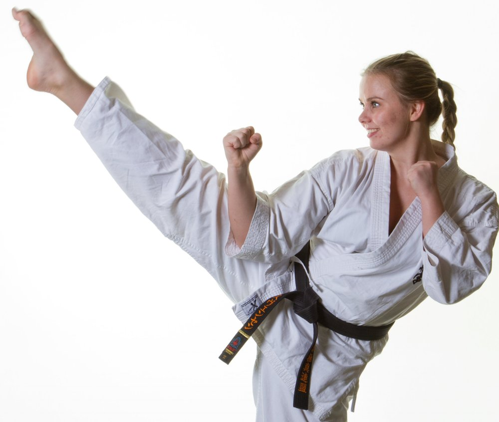 Starte med karate? - Karate er en kampkunst hvor selvforsvar og mosjon er i fokus. I Gandsfjord Karateklubb har vi medlemmer fra 5 år og helt opp t.o.m 70 år. Karate er for alle i enhver aldersgruppe. Ta turen innom å få to gratis prøveuker!