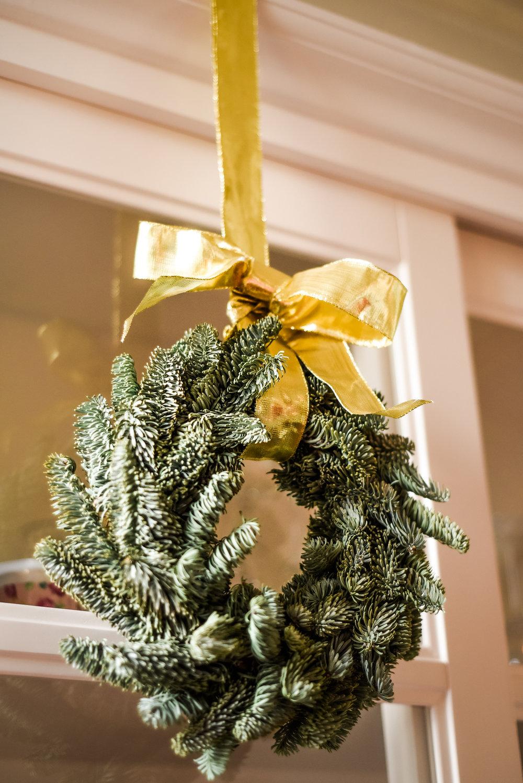 Traditional-Christmas-Decor-Tree-Table-Ideas-Style-To-Copy-AnaisStoelen-36.jpg