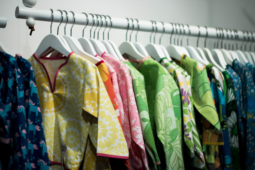 Barnplagg från Annas eget märke med namnet Anna. Dessa är tillverkade av gamla påslakan. Tygerna återfinns även i klänningar för vuxna.