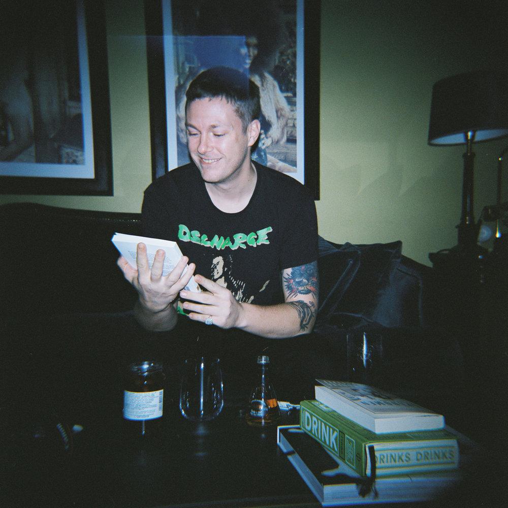 Kalle Hallqvist blev glad när han fick boken  Feministisk erotik  av mig i julklapp.