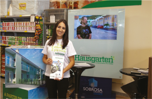 Quiosque Supermercado - Ação de Indicação Premiada na entrada dos Supermercados Cooper de Jaraguá do Sul.