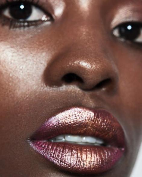 6天 专业课程  - 专为志愿成为化妆师的你打造的一周专业课程,课程紧跟当下时尚趋势结合基础妆容教学,创意妆容和技巧 。