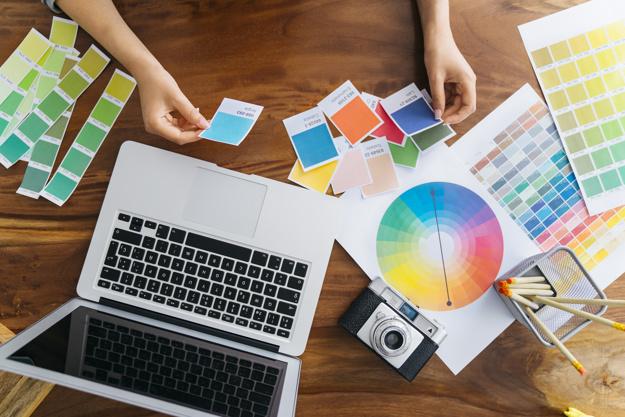 maos-do-designer-grafico-trabalhando-na-mesa_23-2147652937.jpg