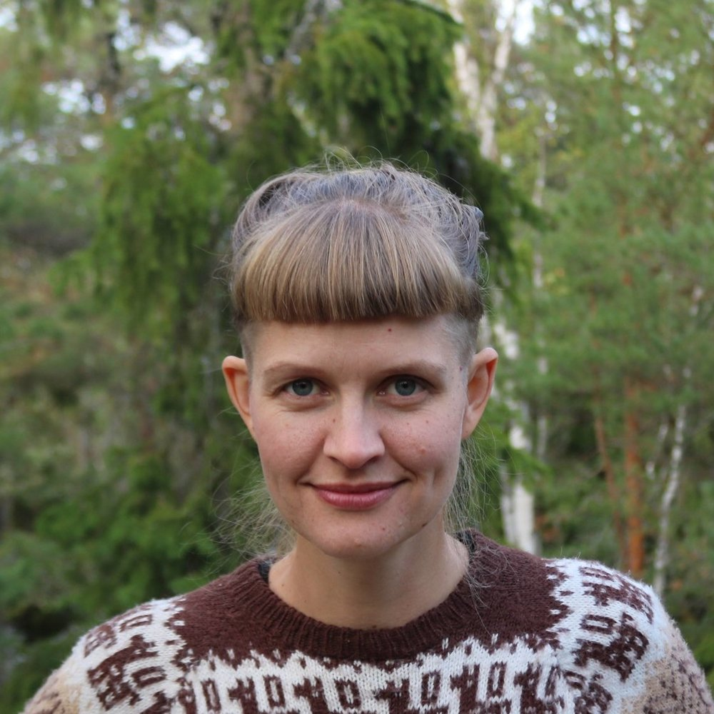 Kali Andersson - Leg.psykolog, miljöaktivist och permakulturdesigner baserad i Stockholm. Hon är specialiserad på klimatångest och miljökommunikation. Hösten 2018 håller Kali föreläsningar och workshops om klimatångest, hållbart beteende, hur stress hänger ihop med klimatfrågan, samt skriver på en bok om klimatångest.