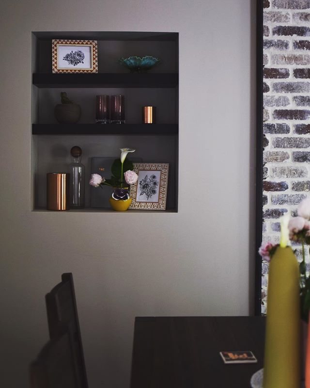 New feature in our house: built-in shelves . . . . . . #homedecor #homedecoration #homeinspo #homeinspiration #interiorstyling #interiorstyle #homestyle #home #homesweethome #lifestyle #homeblog #homeblogger #lifestyleblogger #lifestyleblog #diningroom #diningroomdecor