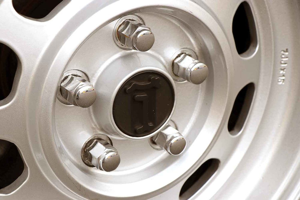 burgundy deauville de tomaso wheel centre grid web.jpg
