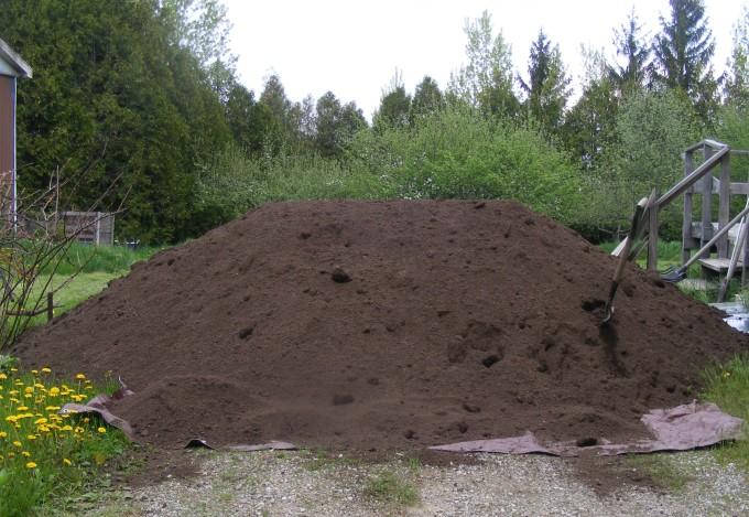 pile of mushroom compost