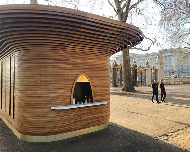 There's now two opportunities to grab a coffee from one of our sculptural kiosks as you stroll through Green Park, as the second of nine Royal Parks kiosks designed by Mizzi Studio is now open at Canada Gate! The design of each kiosk is tailored to its site and here we've used brass details to complement the gilded wrought iron of the grand entrance to the park. - @colicciuk #mizzistudio #colicci #theroyalparks #greenpark #canadagate #buckinghampalace #london #kiosk #kioskdesign #cafe #coffee #architecture #design #architecturedesign #architecture_hunter #archdaily #londonarchitecture #londonarchitects #timber #oak #wood #steambending #steambent #curve #brass