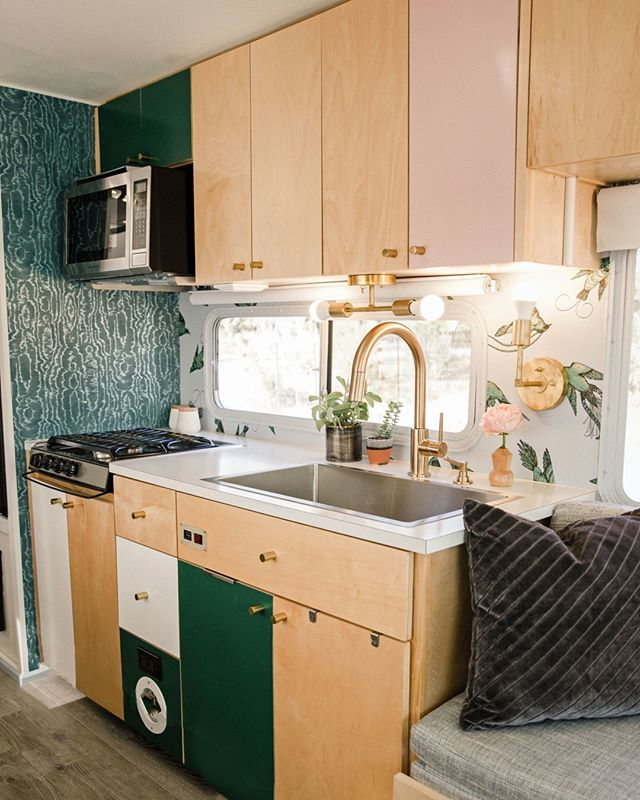 Birdie's kitchen is complete with a 4-burner stovetop, a microwave-oven, and a huge sink. Totally set for you to make your squad a dream dinner (however might we suggest trying to thousands of amazing ATX restaurants! Not sure how much cooking will really be going on here). ⠀⠀⠀⠀⠀⠀⠀⠀⠀ .⠀⠀⠀⠀⠀⠀⠀⠀⠀ Link in bio to rent Birdie #ATXairbnb⠀⠀⠀⠀⠀⠀⠀⠀⠀ .⠀⠀⠀⠀⠀⠀⠀⠀⠀ #birdie #rvgoals #rvkitchen #kitchenrenovation #tinyhomekitchen #tinyhousekitchen #tinyhousegoals #tinyhouselayout #hgtv #renovation #glamping #glamper