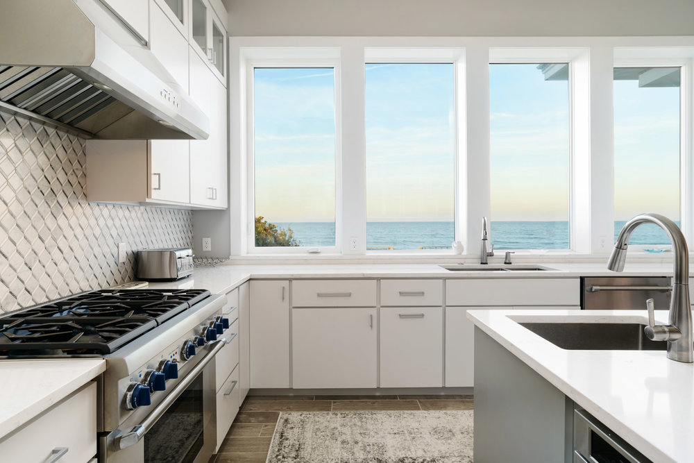 Watch the sun rise over the ocean from this fully equipped kitchen.