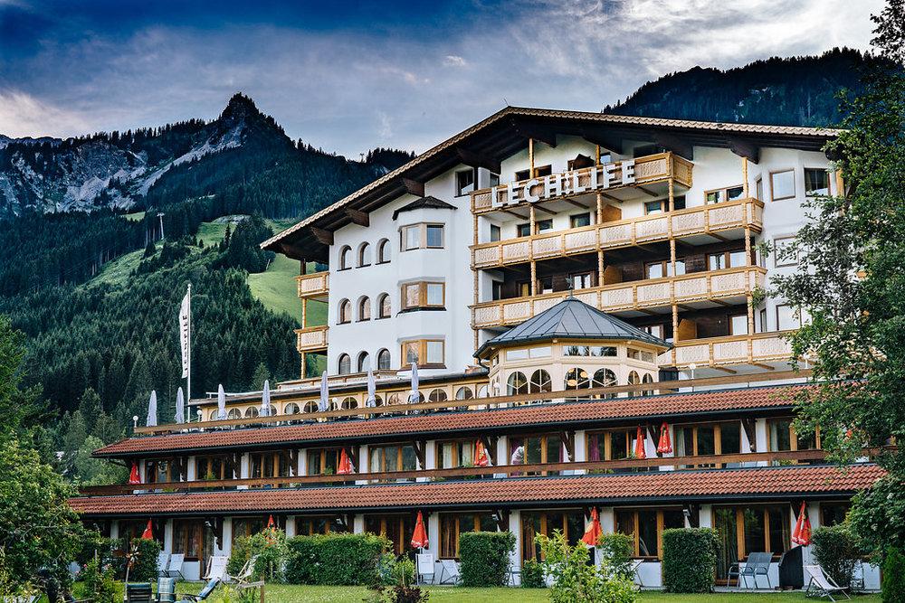 Het hotel is gelegen aan de voet van de Alpen