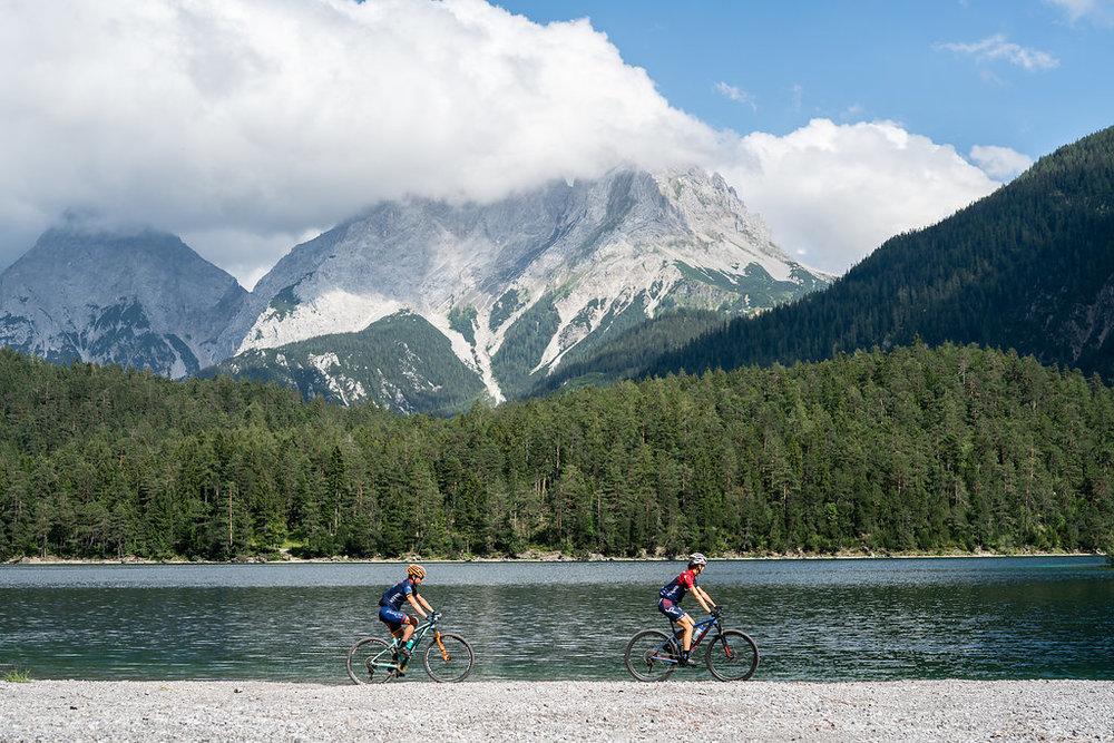 Leuk mountainbiken met zicht op de Zugspitze