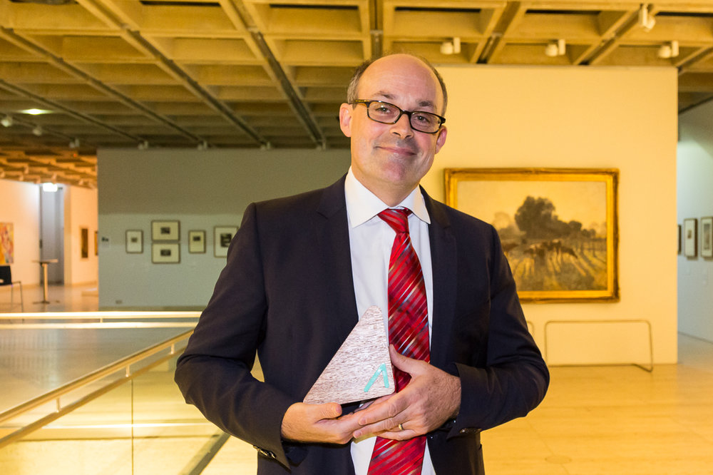 Professor David Fidock with his award from Advance Global Australians