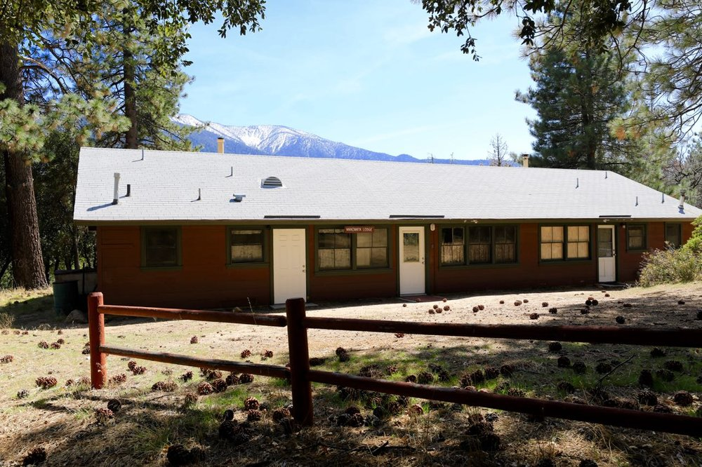 Manzanita Lodge - sleeps 28 in four rooms