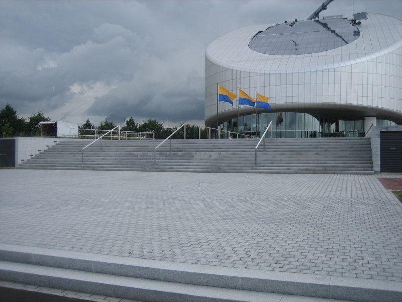 Silver-Granite-Cobbles-323ryqidasx4xcf3wlwa2o.jpg