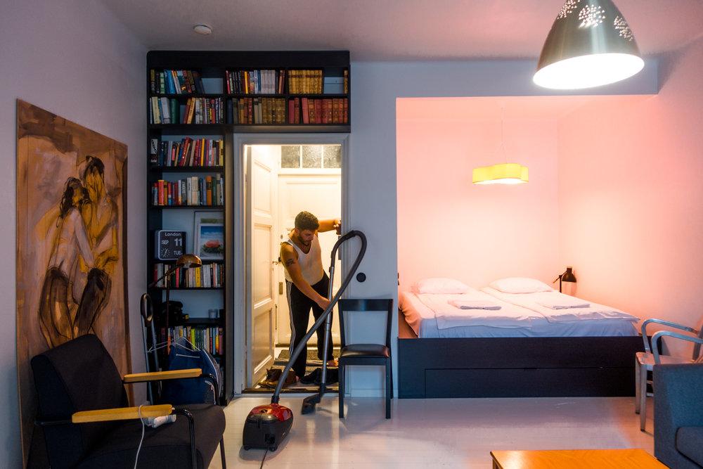 WeHostin siivooja valmistelemassa asuntoa uutta vierasta varten Helsingissä. Kuva: Tuomas Koskialho