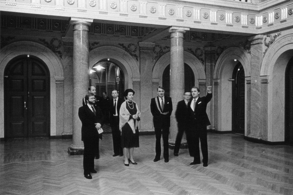 Presidentti Mauno Koivisto kävi katsastamassa peruskorjatun ja remontoidun Vanhan ylioppilastalon vuonna 1983.  Kuva: HYYn arkisto.