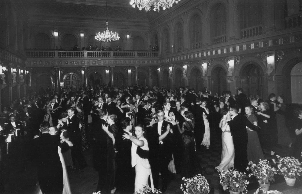 Vanhalla ylioppilastalolla biletettiin tähän tyyliin vuonna 1935.  Kuva: HYYn arkisto