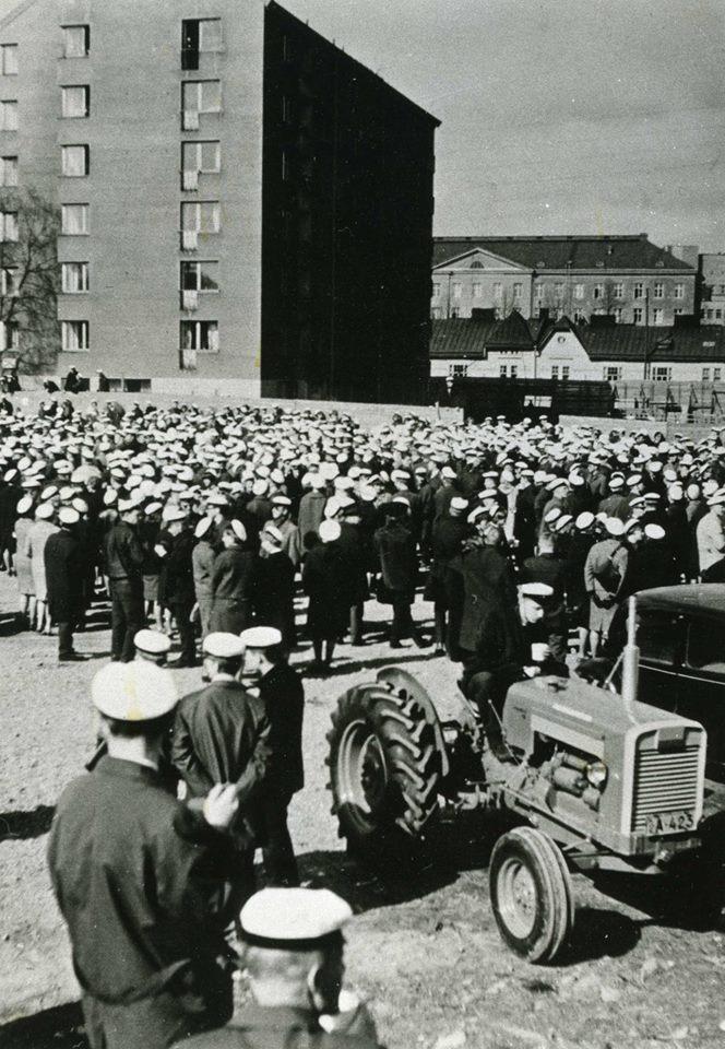 Domus Academican opiskelija-asuntolan rakentaminen vuosina 1947, 1952 ja 1968 helpotti merkittävästi vähävaraisten sekä muualta Helsinkiin saapuneiden opiskelijoiden arkielämää. Vuonna 1964 Domma oli luonteva kokoontumispaikka opiskelijoiden mielenilmaukselle.  Kuva: HYYn arkisto, 1964.