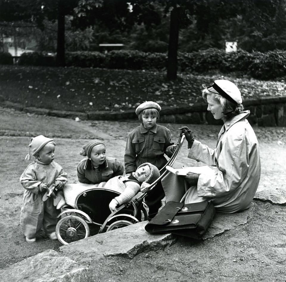 Perheellisten opiskelijoiden – erityisesti naisten – asemaa pyrittiin kohentamaan 1950-luvulla eri tavoin. 60- ja 70-lukujen edistysmielisyydestä oltiin kuitenkin vielä kaukana.  Kuva: HYYn arkisto.