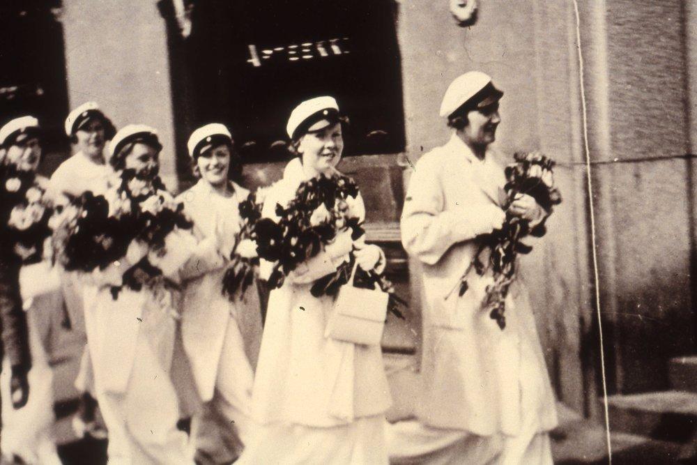 Naisopiskelijoiden määrän kasvaessa yliopistossa, he joutuivat yhä järjestelmällisemmin kohtaamaan patriarkaalisen yhteiskunnan ankeat oletukset. Vielä 1950-luvulle asti naisopiskelijan oletettiin päätyvän ensisijaisesti akateemisen kodin hengettäreksi.  Kuva: HYYn arkisto.