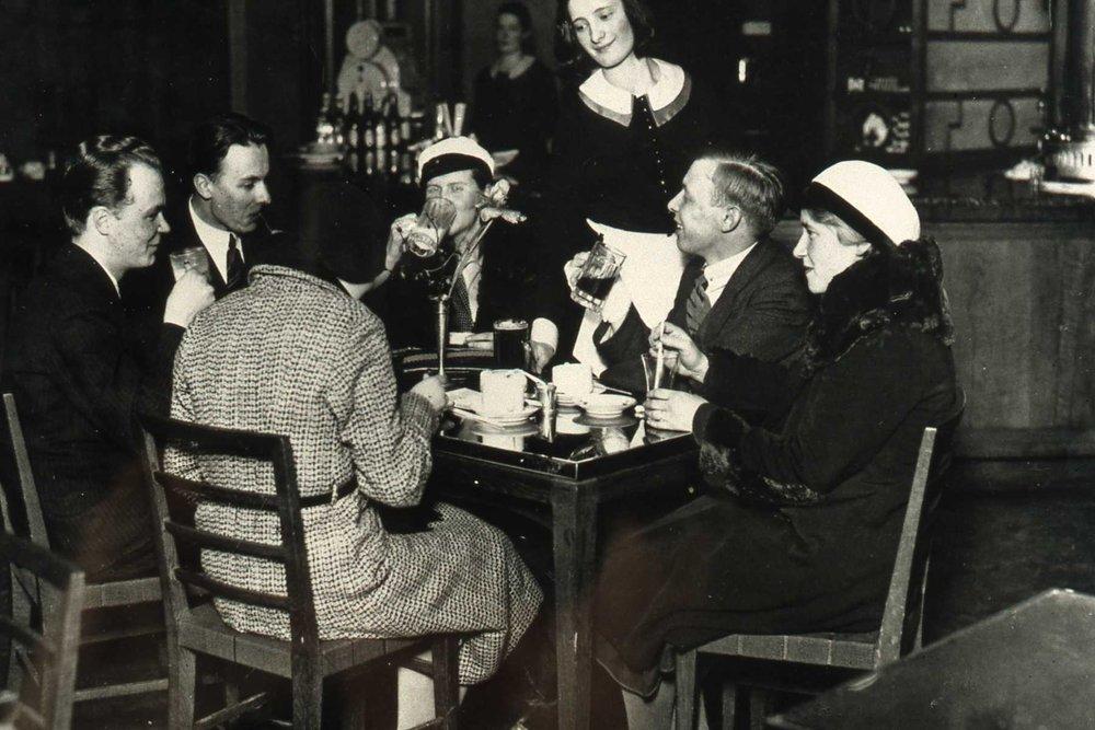 Vaikka naisilla oli oikeus opiskella yliopistossa, kesti aikansa ennen kuin heidän oli soveliasta mennä ravitsemusliikkeeseen ilman miesseuralaista.  Kuva: HYYn arkisto.